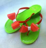 Зеленые с бело-розовым бантом силиконовые шлепки